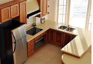 Les cuisines de chaque chambre à Tropical Suites sont entièrement équipées